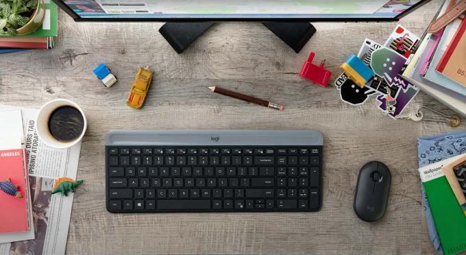 Klawiatura i mysz z zestawu MK470 Slim Wireless Combo na biurku