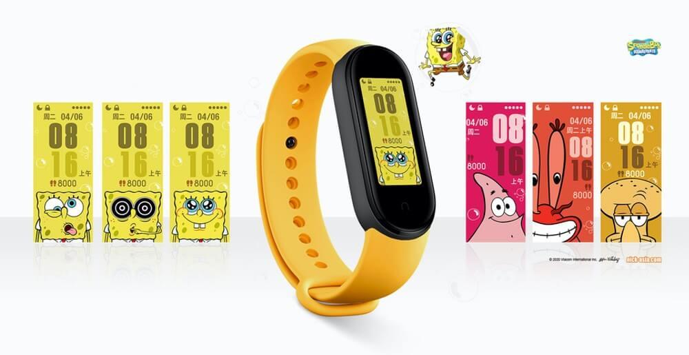 Xiaomi Mi Band 5 z żółtym paskiem i tarczą z bohaterami seriali anime
