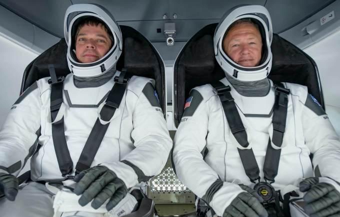 Bob Behnken i Doug Hurley na pokładzie Crew Dragon