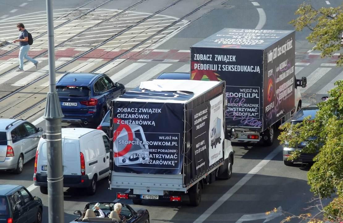 Ciężarówka Gonciarza jeżdżąca za ciężarówką anty-LGBT po ulicach Warszawy