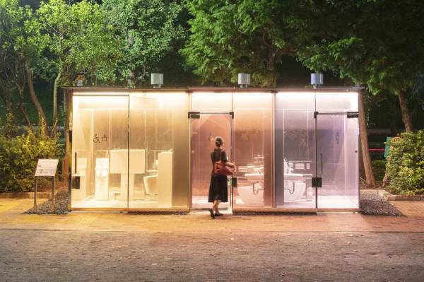 Przezroczyste toalety publiczne w Tokio!