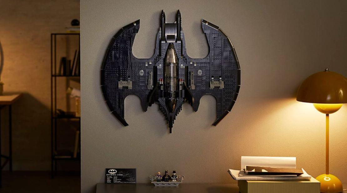 LEGO Batman Batwing z 1989 roku (76161) - powieszony na ścianie