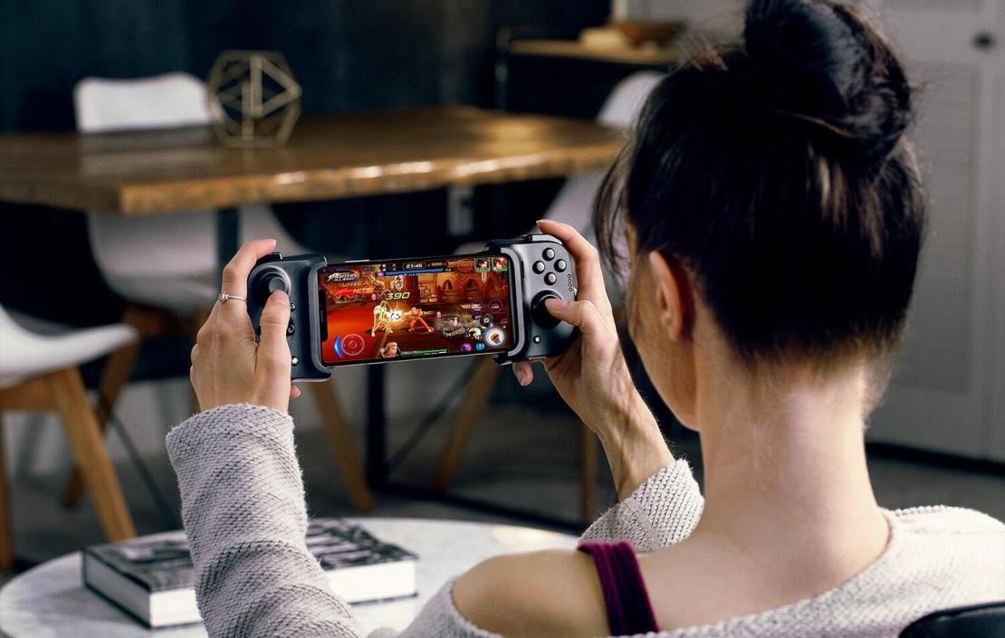 Kontroler Razer Kishi do iPhone'a - kobieta grająca na iPhonie z kontrolerem Razera