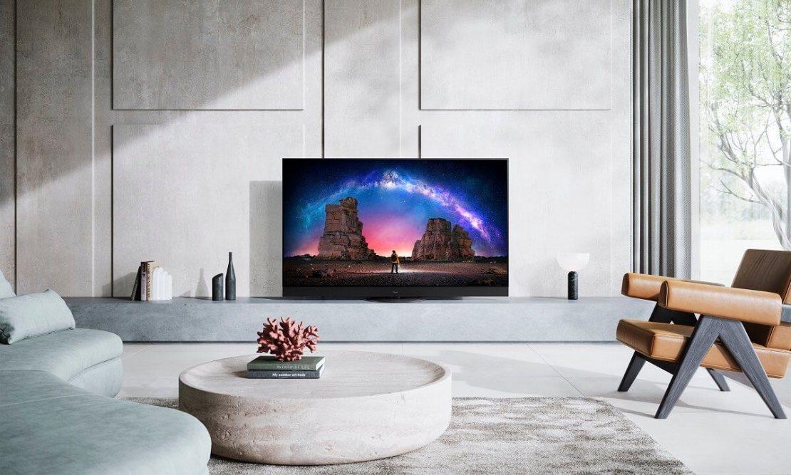 Telewizor Panasonic JZ2000 na półce w salonie