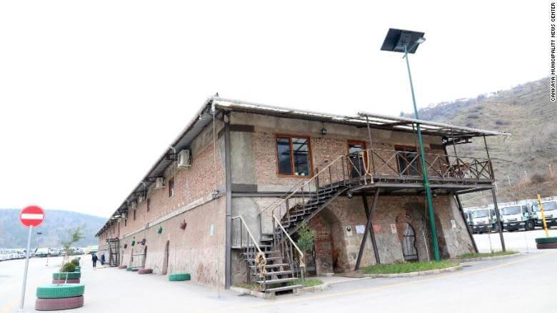Biblioteka z książkami ze śmietnika w Ankarze (budynek Stara Cegielnia w Çankaya Belediyesi)