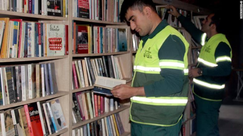 Biblioteka stworzona przez śmieciarzy z książek z wysypiska (Turcja, Ankara – Çankaya Belediyesi)