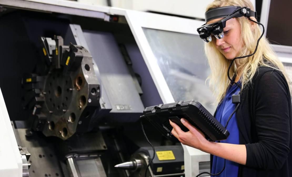 Kobieta konfigurująca nadajnik 5G