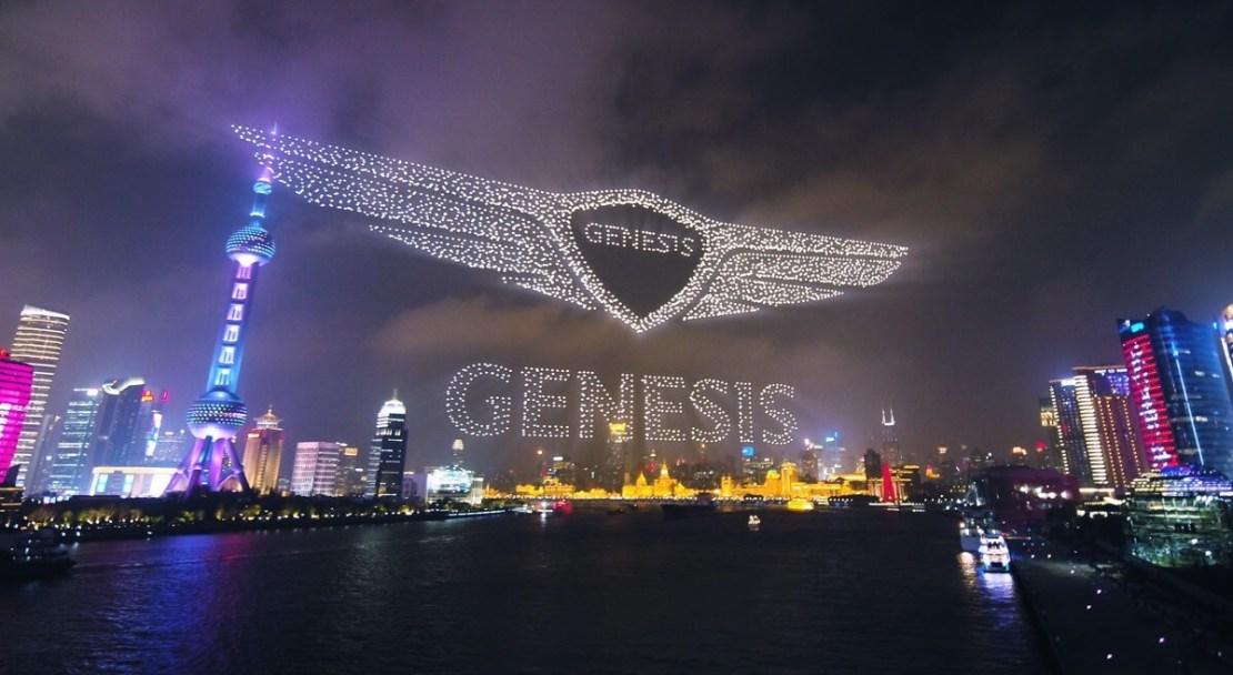 """Drony tworzące logo """"Genesis"""" na niebie w Szanghaju, 19 marca 2021 r. (Rekord Guinnessa)"""