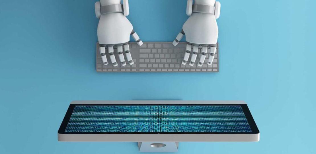 Sztuczna inteligencja - robot przed komputerem
