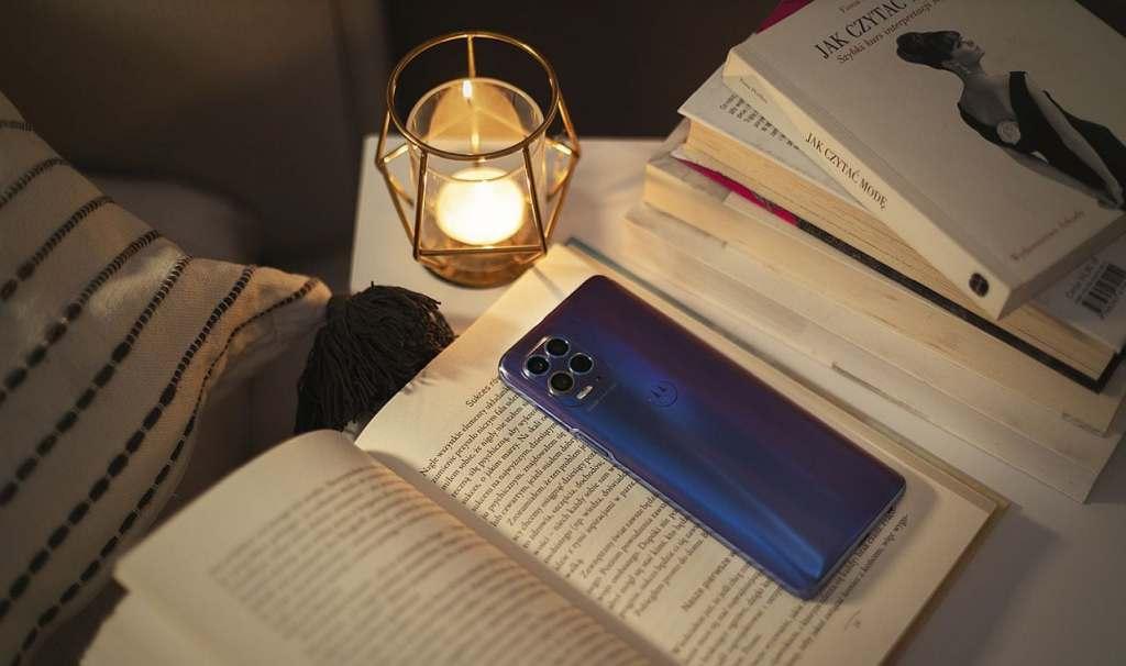 Smartfon Motoroli na książkach