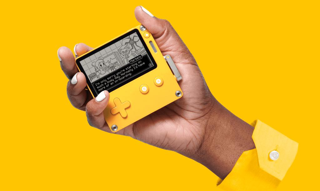 Konsola Playdate w dłoni
