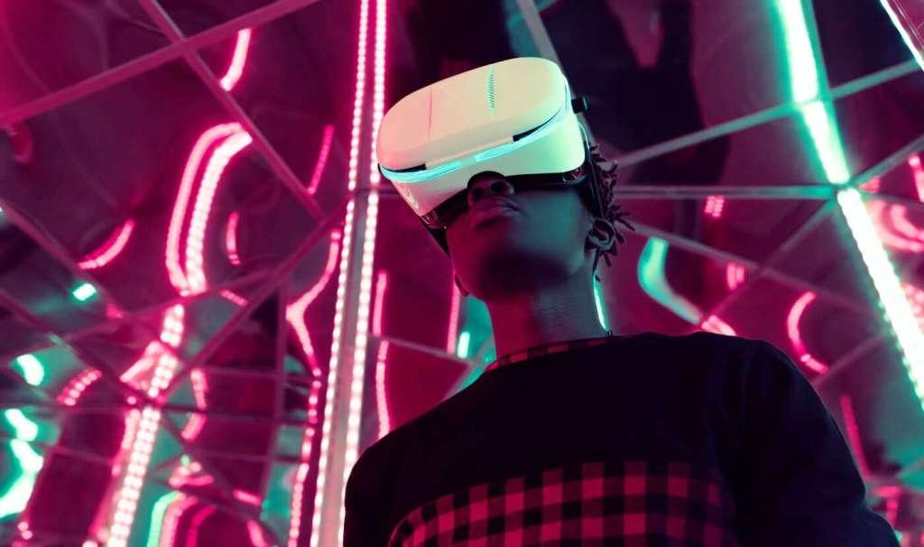 Chłopak w goglach VR