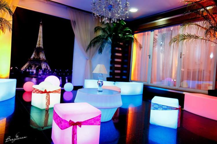 mini festa, Mini evento, puffs de led, neon, eventos, decoração aniversário, móveis de LED para locação corporativos exclusivos