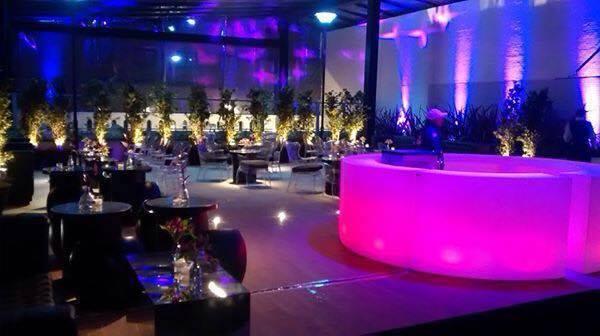 aluguel de mobiliário para eventos, decoração de festa, locação de móveis para festas, festa neon, móveis iluminados