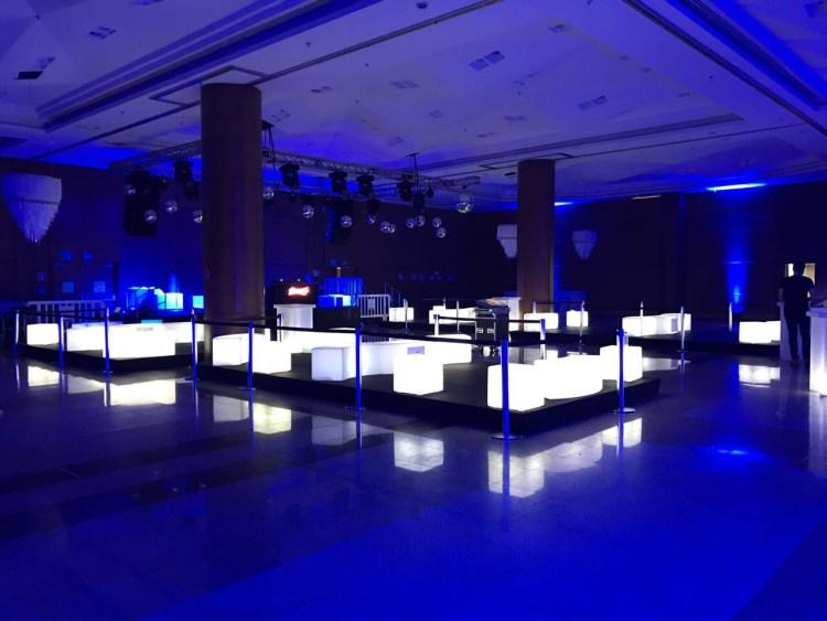 puffs brancos para decora o espaço de eventos