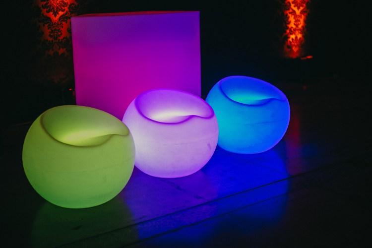 puff neon são paulo , painel de LED , telão de LED , aluguel de móveis para eventos em são paulo, bar e balcão para festas em são paulo , mobiliário para locação , mesas bistrô
