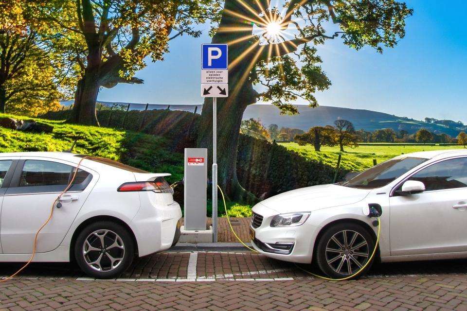 Does an electric vehicle emit less than a petrol or diesel? (Um veículo 100% elétrico emite menos dióxido de carbono que um a gasolina ou gasóleo?)