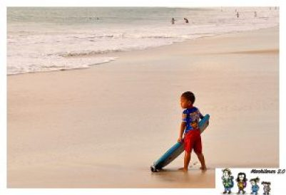 Niño haciendo surf en Jimbaran