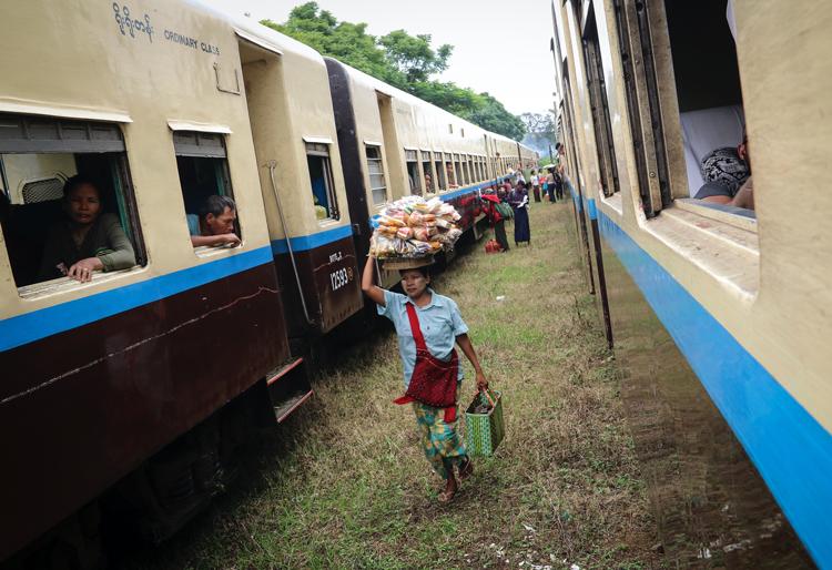 tren circular guia Yangon viajar Myanmar