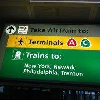 Aeropuerto-Newark-Estados-Unidos-letrero-AirTrain-letrero-luminoso
