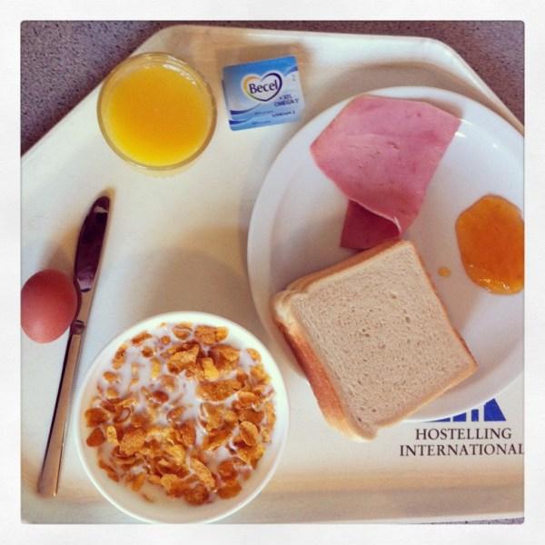 Pan, jamón, cereales, leche, zumo, mantequilla... desayuno nutritivo