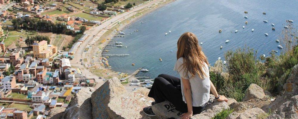 Aniko-Villalba-mirando-mar