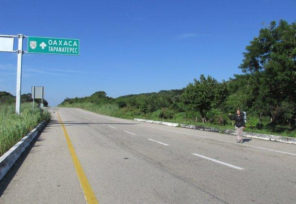 Autostop-mochilera-esperando-carretera-web