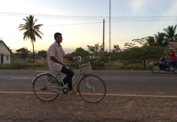 Hombre-bicicleta-campo-Camboya