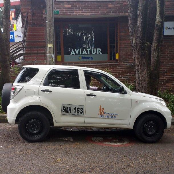Taxi-compartido-blanco-Medellin