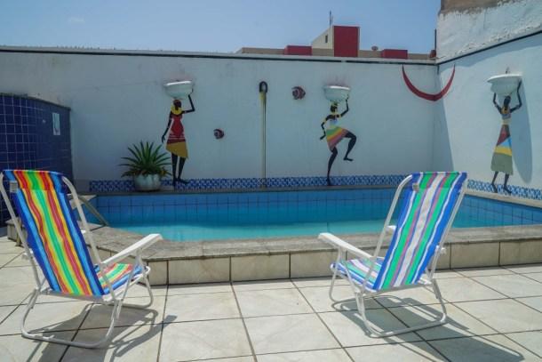 Tijuana Hostel Sao Luis piscina sillas