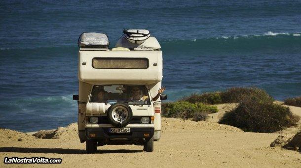 Viaje en autocaravana de La Nostra Volta, aparcados junto al mar