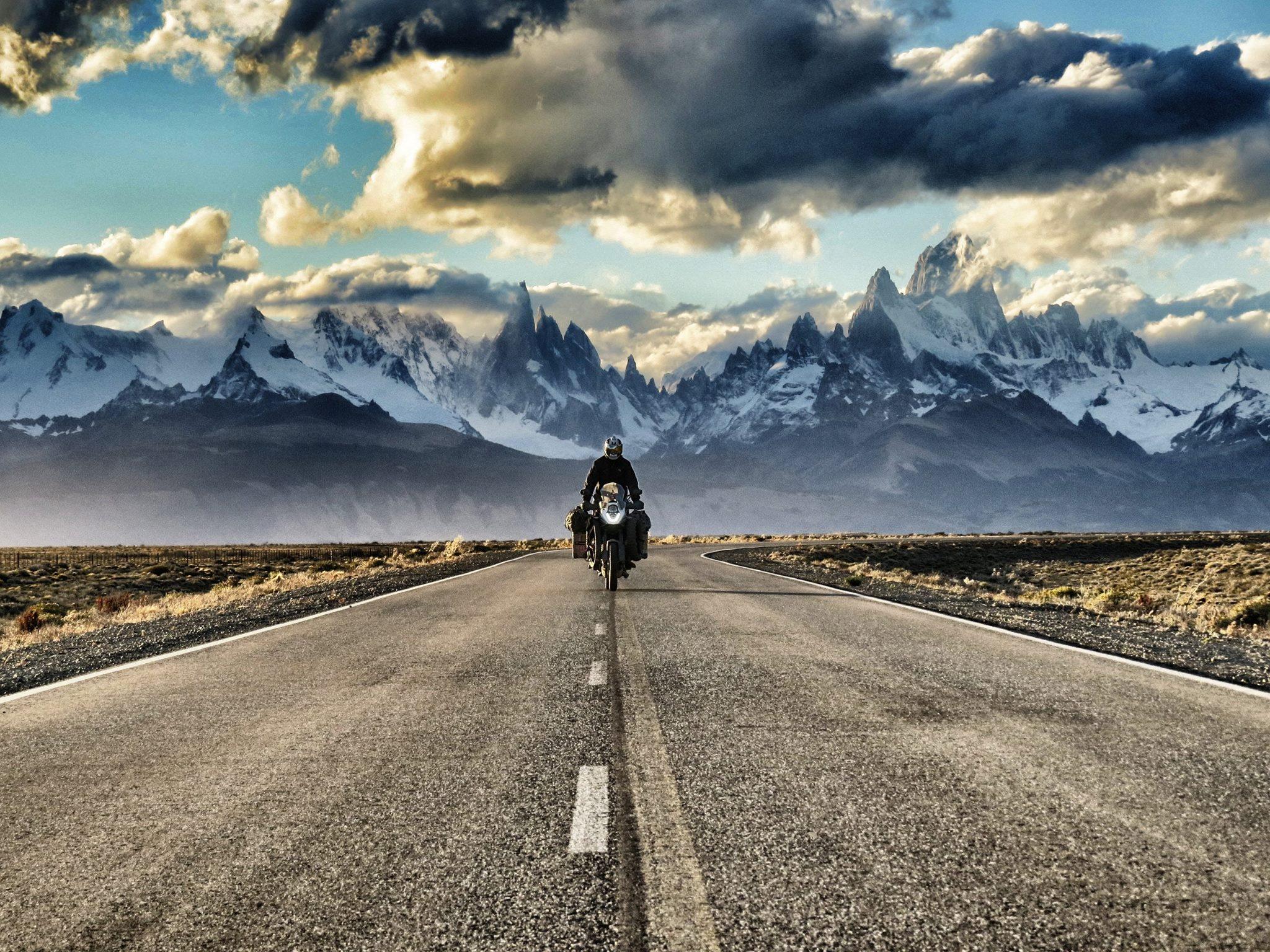 Fer montado en la KTM en su vuelta al mundo en moto con Almudena Teulón