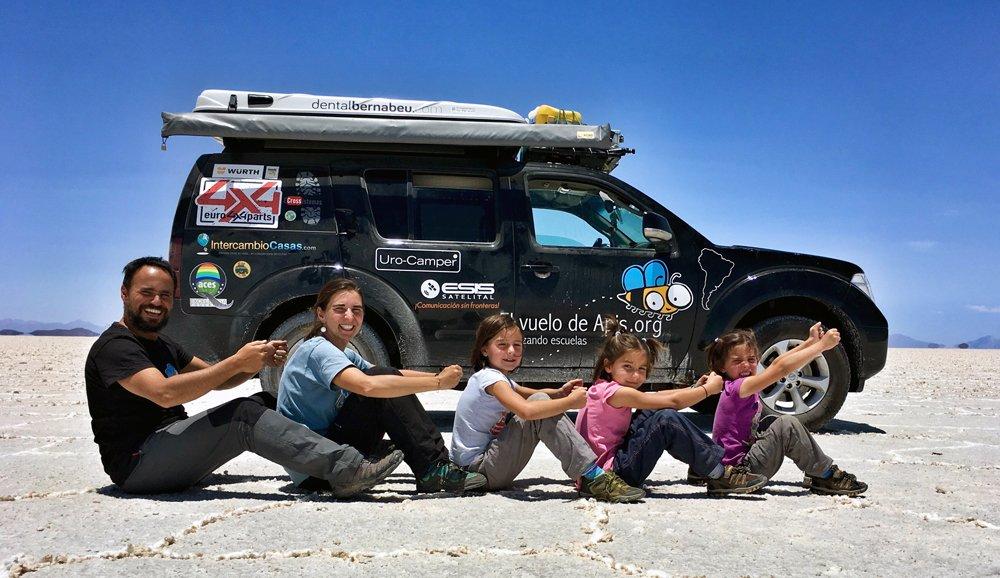 El Vuelo de Apis, un gran viaje en familia por Sudamérica. Sentados en el Salar de Uyuni en Bolivia
