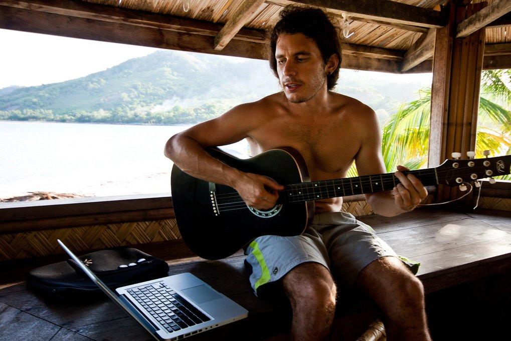 Sergio Gago, nómada digital con su portátil y guitarra