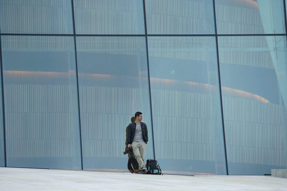 Alberto de Mochileros TV en Oslo siempre con seguro mochilero