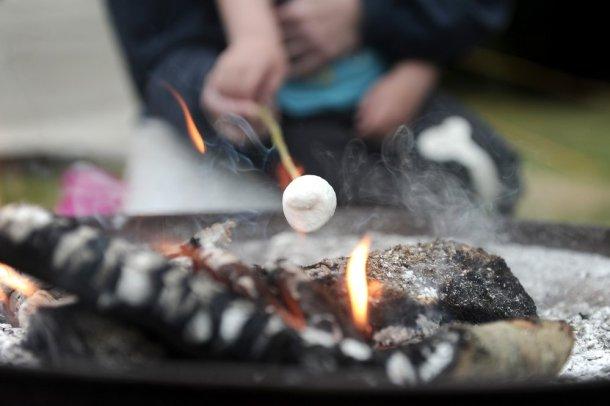 Fuego de campamento durante el glamping