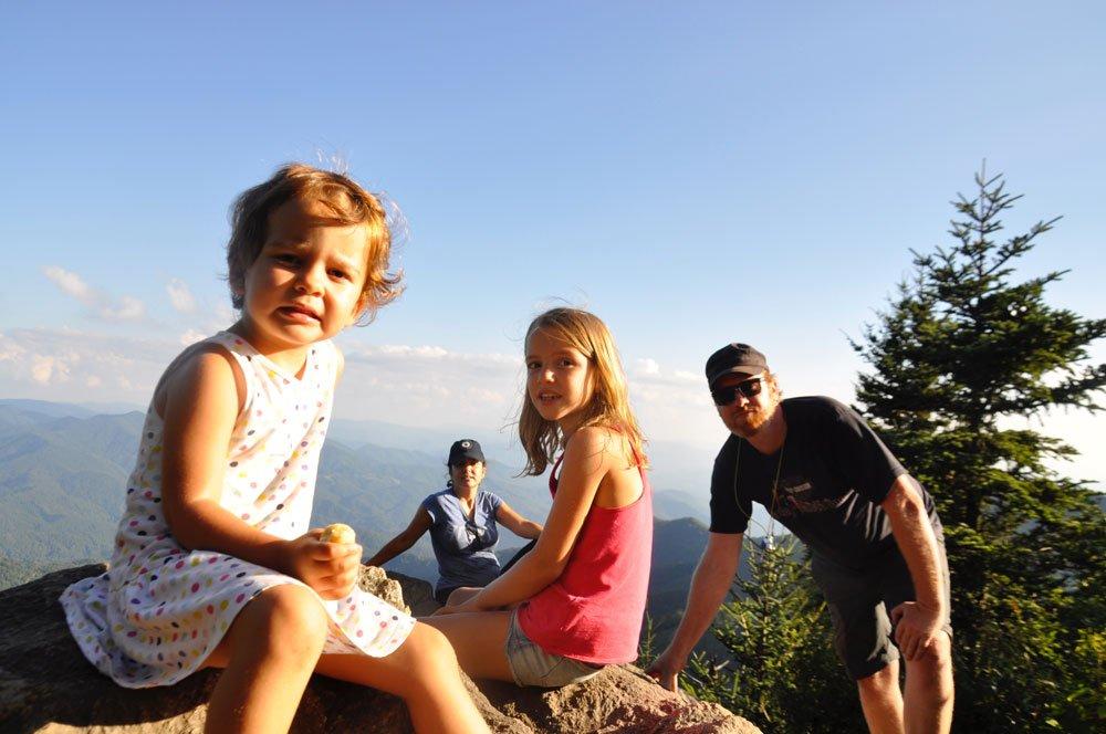 Los cuatro de viaje en autocaravana en familia
