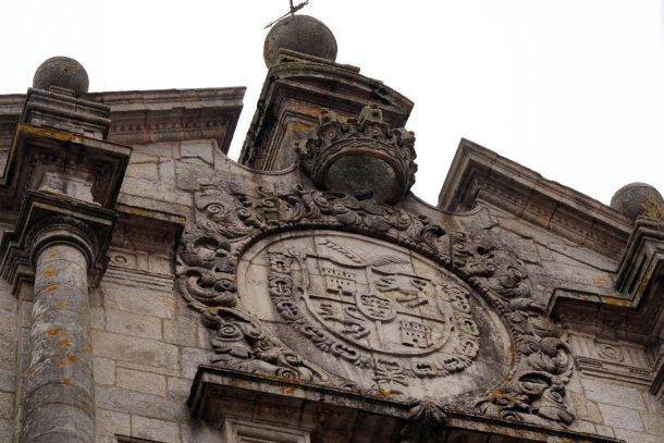 Detalle del escudo de la fachada de San Bartolomé