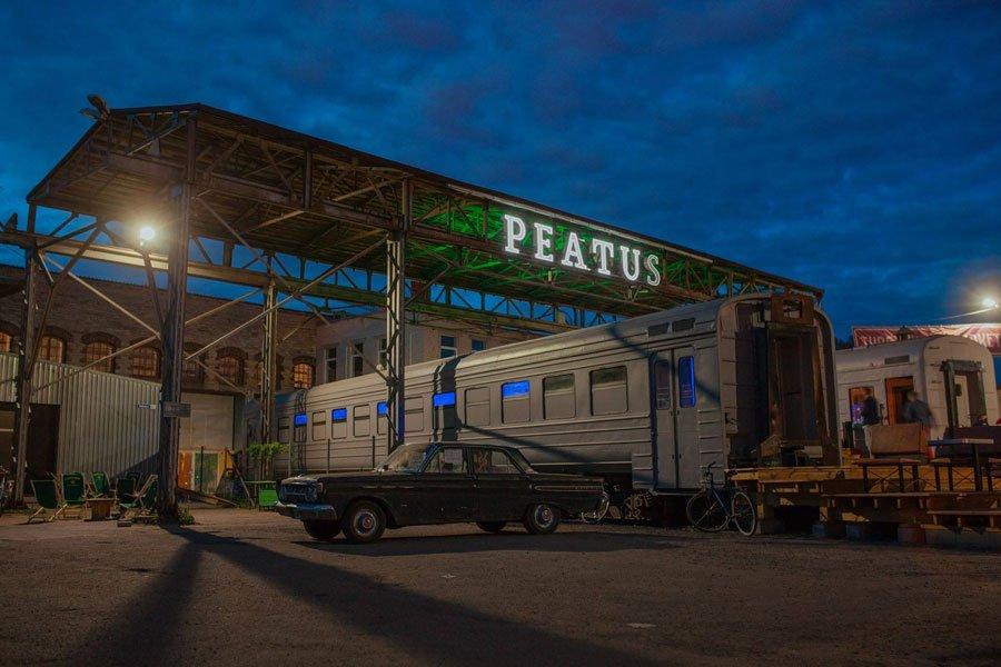 Peatus, vagón de tren remodelado donde comer y beber en Tallin
