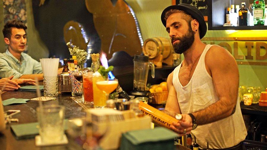 Camarero en el Sigmund Freud Bar de Tallin