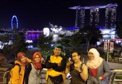 25-foto-bersama-di-merlion-park-dengan-latar-beberapa-icon-singapore