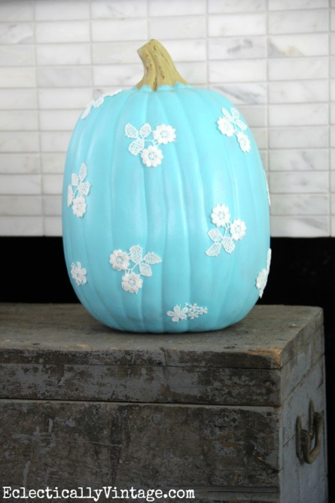 indoor halloween decorating ideas with pumkin 18