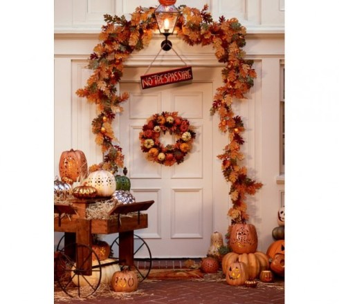 outdoor halloween decorating ideas with pumkins 5