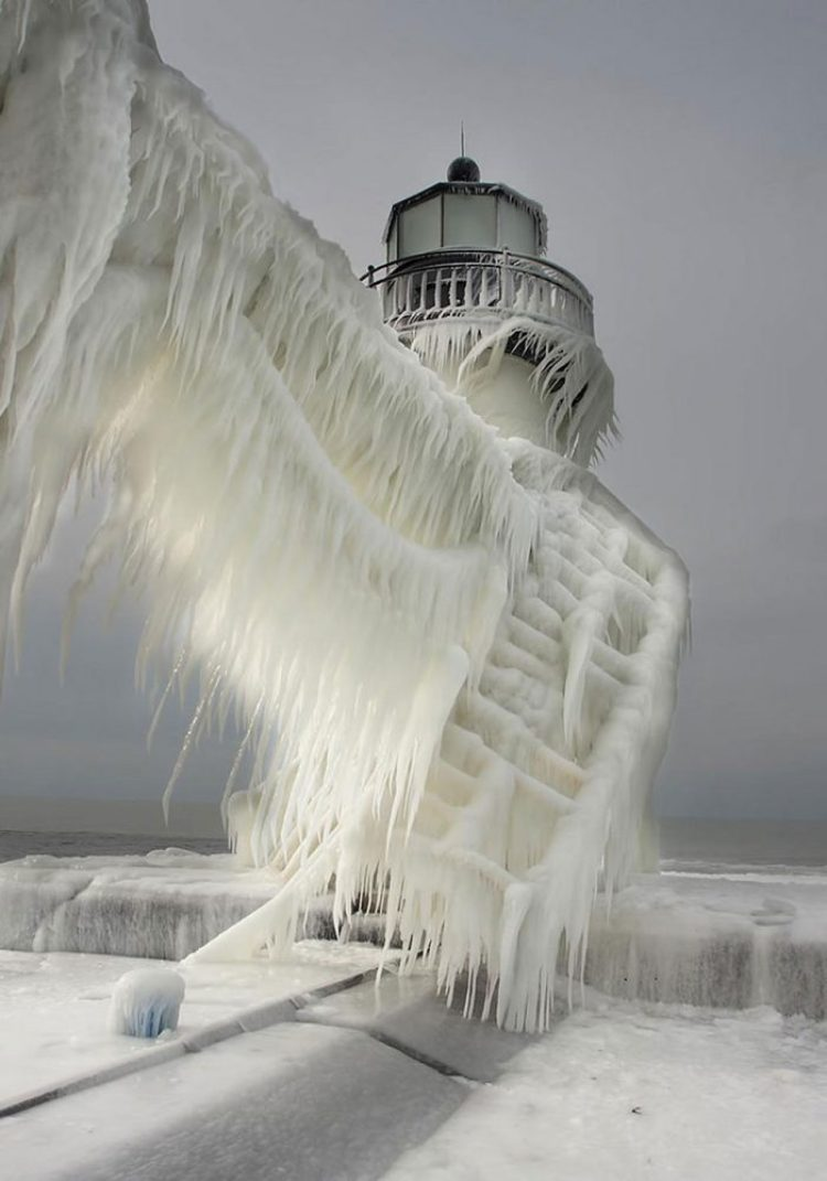 Frozen art by nature, lighthouse 2
