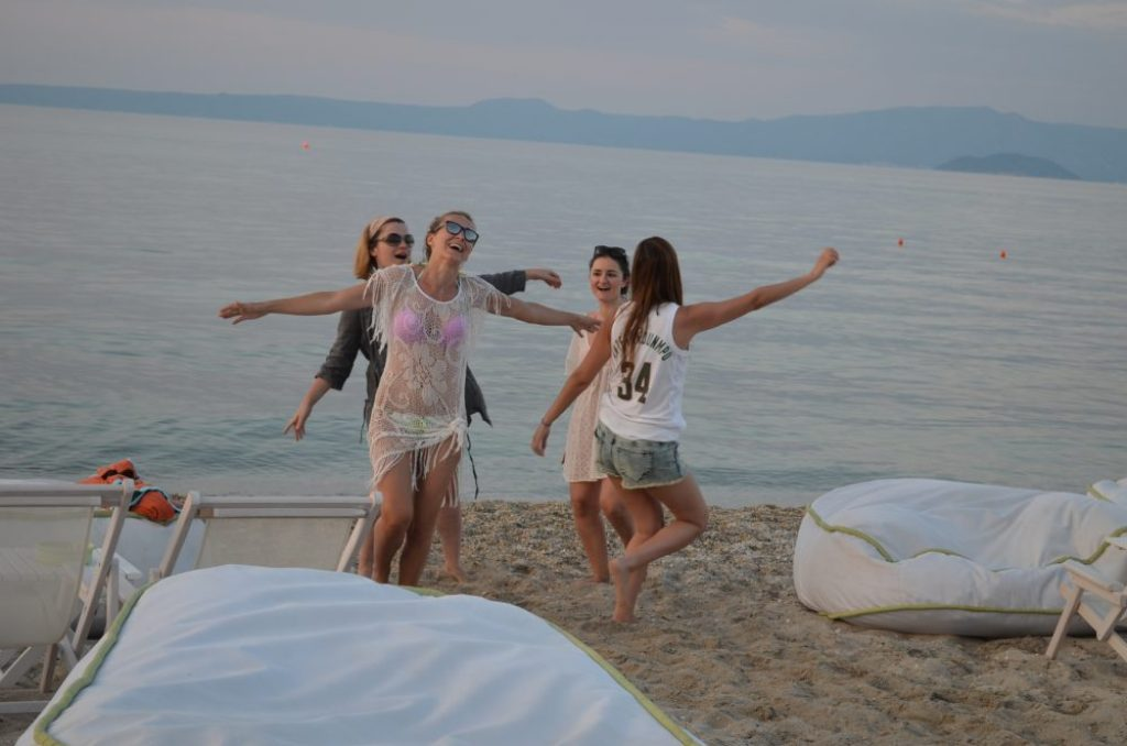 molos-beach-bar-halkidiki-dancing-on-the-beach