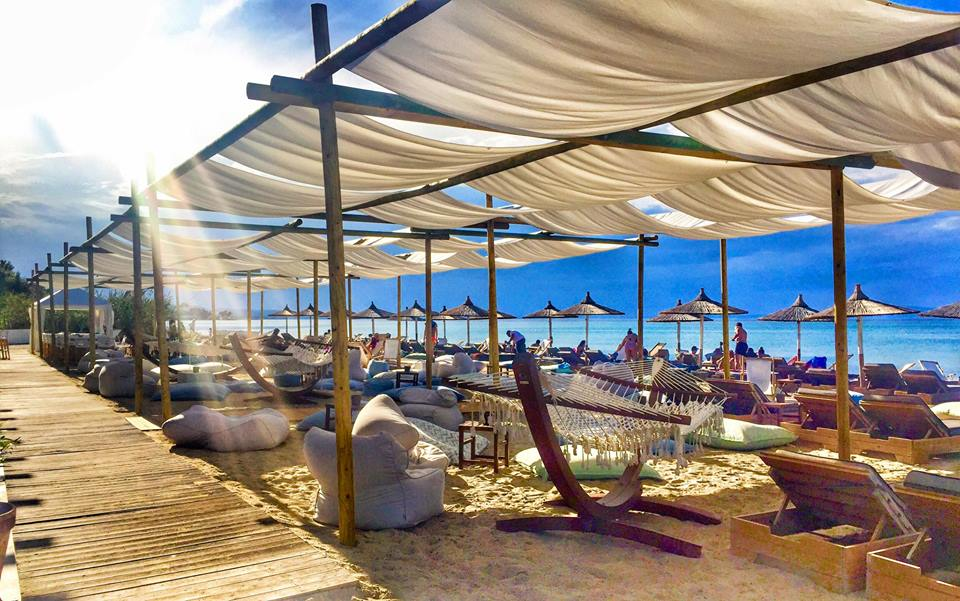Umbrellas-beach-bar-Pefkohori