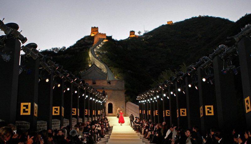 Dizionario della Moda Mame: Fendi. La sfilata sulla Muraglia Cinese.