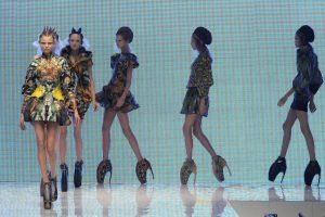 67d24c4a1795 Alexander McQueen SS 2010, le modelle sfilano con le iconiche armadillo  shoes