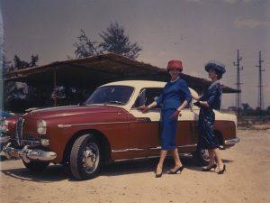 Due modelle indossano Veneziani e posano con un'auto Alfa Romeo in occasione della collaborazione tra i due marchi