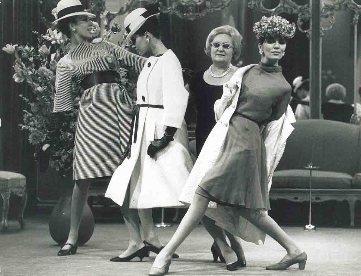 La stilista Joel Veneziani con tre modelle